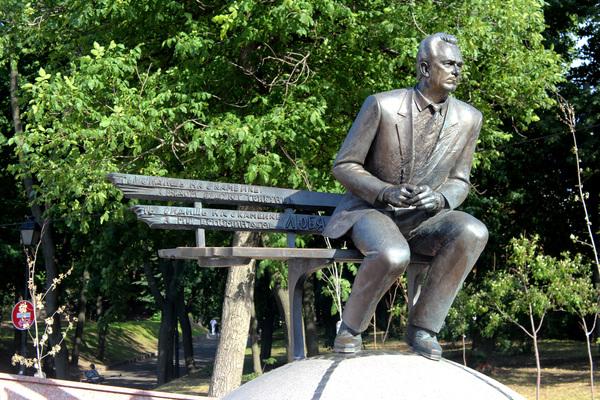 Памятник легендарному футбольному тренеру В. Лобановскому
